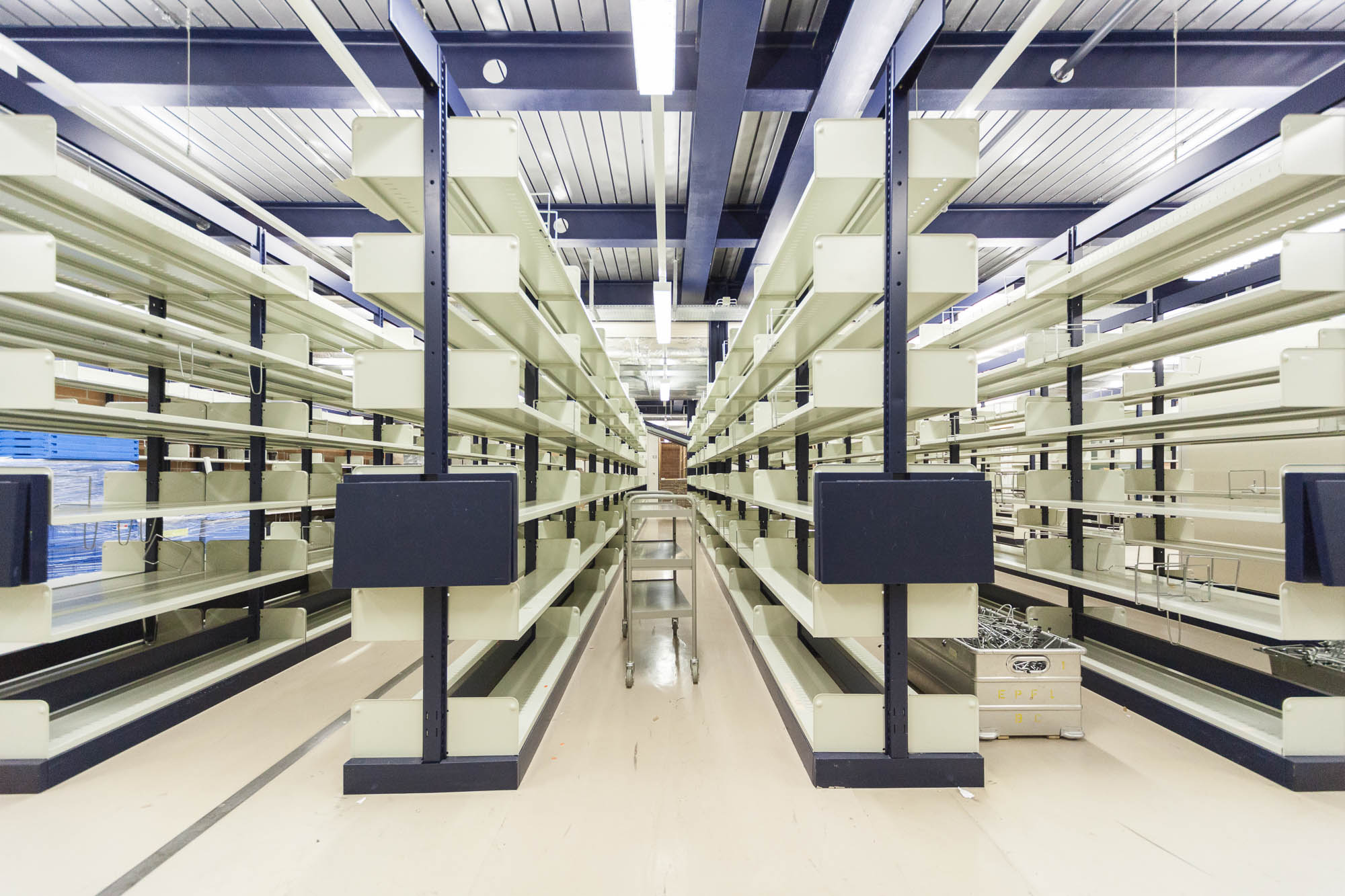 Image of empty library shelves at the EPFL library.